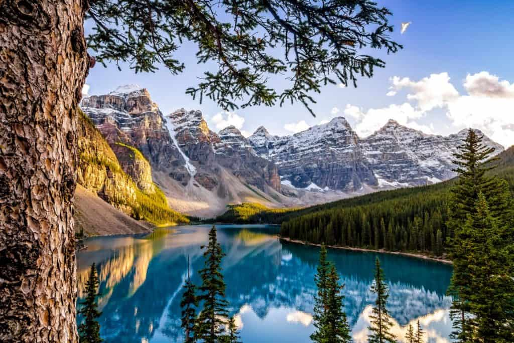 moraine lake and mountain ranges alberta